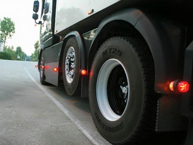 LED breedtelamp gemonteerd op een vrachtwagen - voor 12 en 24 volt - Gylle Deense LED breedtelamp