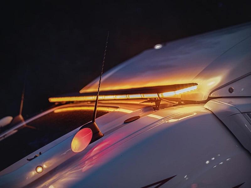 LED zwaailampbalk met flitser gemonteerd op een vrachtwagen - voor 12 en 24 volt - Strands LED verlichting
